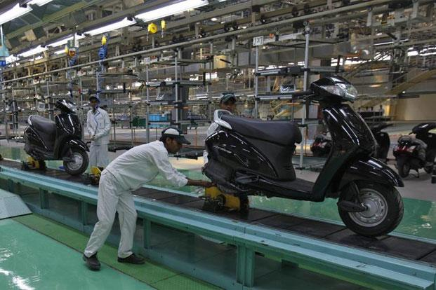 Employees work at an assembly line of Activa scooter at Honda Motorcycle and Scooter India Pvt. Ltd. plant in Tapukara, Rajasthan. Photo: Reuters