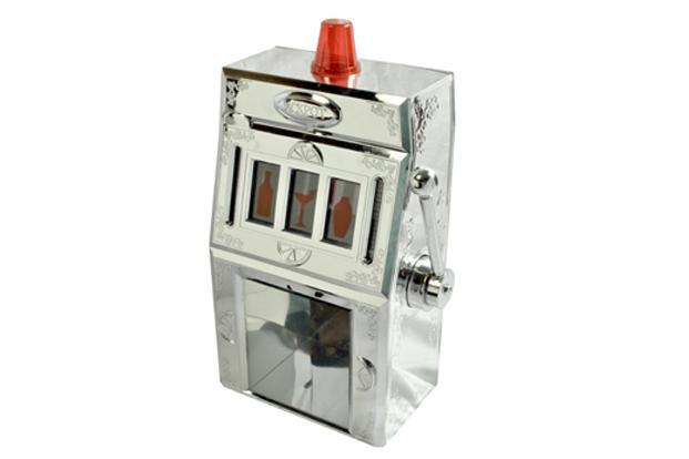 WastedFish.com: A whisky dispenser in the shape of a slot machine, Rs2,650.