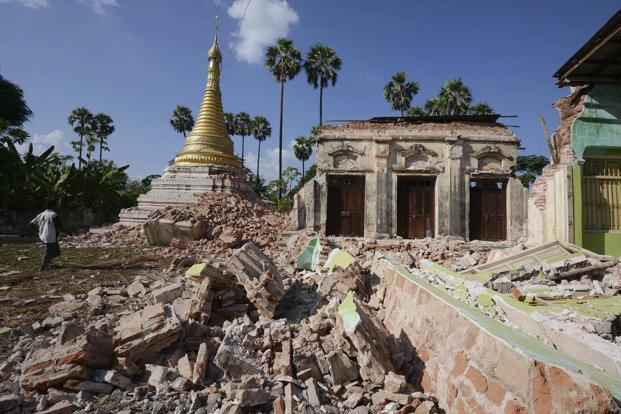 A Buddhist pagoda that was badly damaged by the earthquake in the village of Ma Lar at Kyauk Myaung township on Sunday. Photo: Reuters