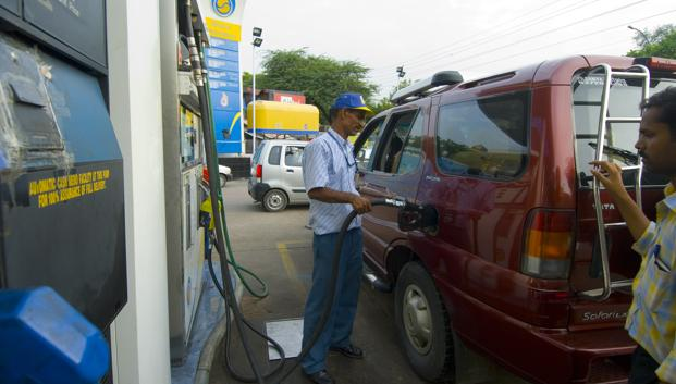 Petrol price in Mumbai has been reduced by Rs1.20 a litre to Rs73.53, while it will cost Rs70.57 a litre in Chennai instead of Rs71.77 currently. In Kolkata, the price has been cut by Rs1.19 to Rs74.55 a litre. Photo: Ramesh Pathania/Mint