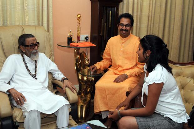 Bal Thackeray and son Uddhav congratulate Krishna Patil, the first Maharashtrian woman to scale Mount Everest. HT