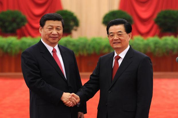 Chinese President Hu Jintao (right) shake hands with Xi Jinping. Photo: Reuters