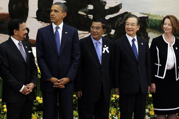 (Left to right) Brunei's Sultan Hassanal Bolkiah, US President Barack Obama, Cambodia's Prime Minister Hun Sen, Chinese Premier Wen Jiabao and Australia's Prime Minister Julia Gillard in Phnom Penh on Tuesday, Photo: Damir Sagolj/Reuters