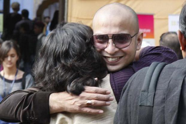 H. M. Naqvi, who won the first DSC South Asian Literarature award, is greeted by a friend at Jaipur literature Festival. Photo: Himanshu Vyas/Hindustan Times