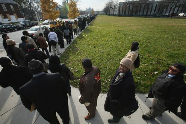Job seekers wait in line to attend a job fair hosted by the city of Chicago. The number of Americans filing new claims for jobless benefits fell last week. Photo: Scott Olson/Getty Images/AFP