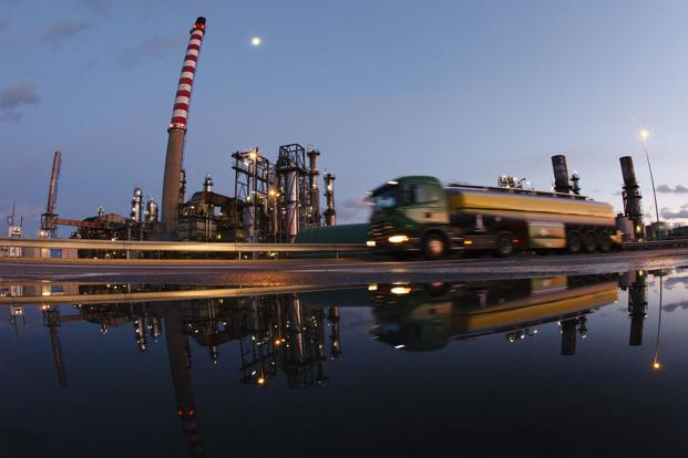 Brent crude fell $0.85 to $109.02 per barrel , recovering from $108.44 earlier in the session. US crude shed $0.90 to trade at $86.28 per barrel. Photo: Reuters