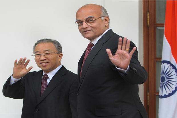 A file photo of national security adviser Shivshankar Menon (right) and China's outgoing state councillor Dai Bingguo. Photo: HT