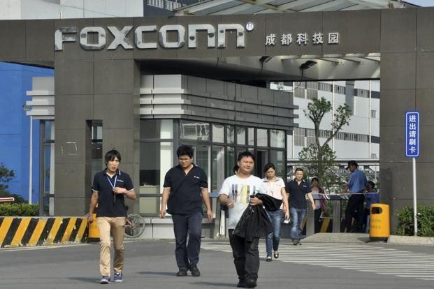 A file photo of workers at a Foxconn factory in Chengdu. Photo: Reuters
