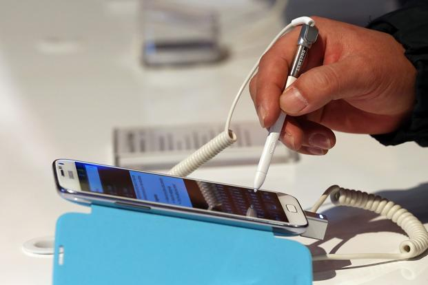 A person inspects the Samsung Galaxy Note II. Photo: AFP