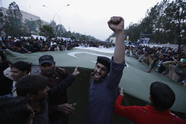 A supporter of Sufi cleric and leader of the Minhaj-ul-Quran religious organization Muhammad Tahirul Qadri chants slogan during the third day of protests in Islamabad on Wednesday. Photo: Reuters
