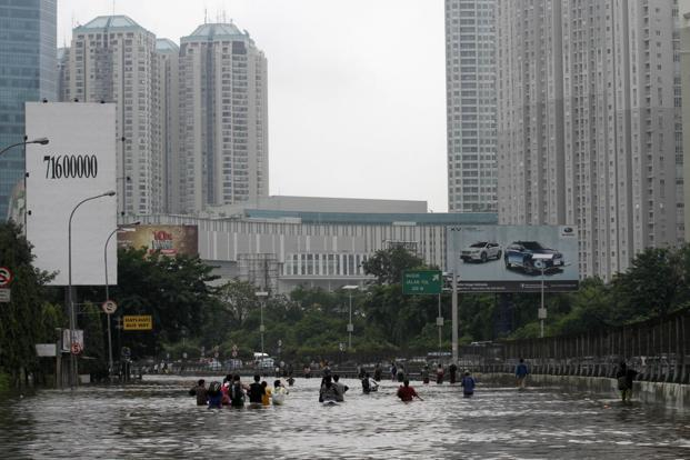 Severe floods in Jakarta eased on Friday, a day after unusually heavy monsoon rains swamped parts of the Indonesian capital in waist-deep water and left more than 18,000 people homeless. Photo: Reuters