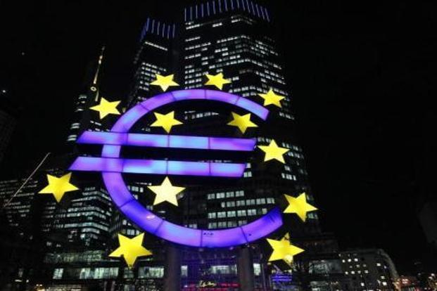 Many in the world love the euro and want it to stay alive. They range from central banks in Europe, Switzerland and the Scandinavian countries, to oil exporters. Photo: Daniel Roland/AFP