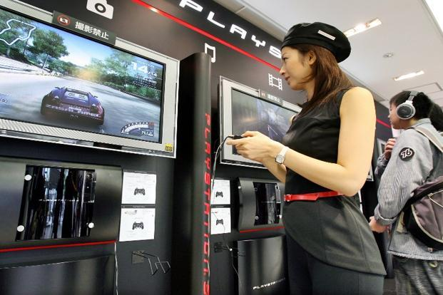 A campaign girl for Sony Computer Entertainment demonstrates how to play the PlayStation 3 video game console at Sony's showroom in Toyko. Photo: AFP