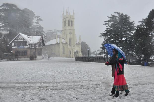 Apart from Jammu and Kashmir, heavy to very heavy snowfall is expected in  Himachal Pradesh and Uttarakhand at the start of next week. Photo: Santosh Rawat/Hindustan Times.