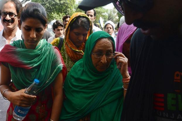 Relatives of Sarabjit Singh, an Indian prisoner held in Pakistan, his daughters Poonam (L), and Swapandip (2L) and his sister Dalbir Kaur (2R) on their arrival at the hospital in Lahore on 28 April 2013. Photo: AFP