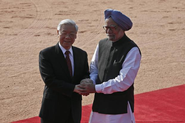 Vietnam's Communist Party's general secretary Nguyen Phu Trong (left) shakes hands with Prime Minister Manmohan Singh during his ceremonial reception at Rashtrapati Bhavan in New Delhi. Photo: Reuters
