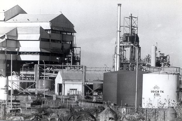 union carbides bhopal plant In december 1984, a union carbide plant in bhopal, india, sprung a leak, releasing thousands of gallons of highly toxic gas into the atmosphere by the time the leak was sealed, over 2,000 people.