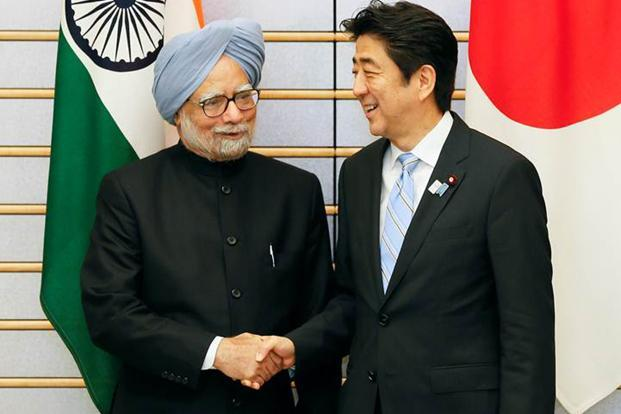 A file photo of former prime minister Manmohan Singh (left) with Japanese premier Shinzo Abe. Photo: Bloomberg