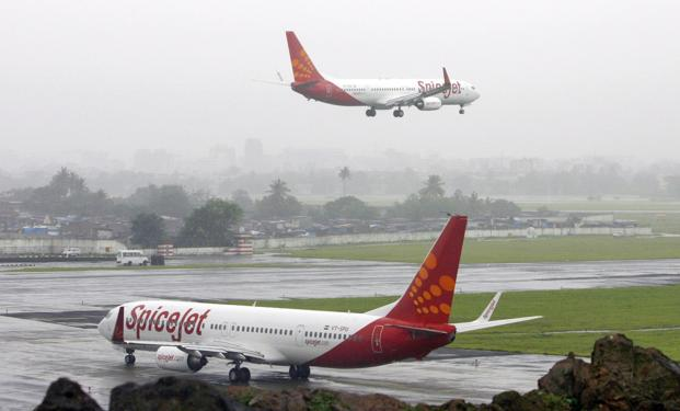 SpiceJet's hand baggage-only fares come at a time when the ministry of civil aviation said it has rejected the plea by low-fare airlines to charge for checked-in baggage. Photo: Reuters
