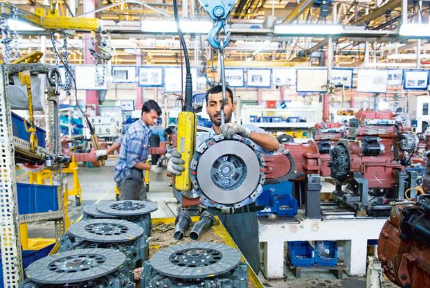 The decline in the average number of workers employed by Indian factories partly reflects the growing use of outsourcing in the new Indian economy. Photo: Hindustan Times