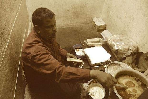 The guy behind these lovely chicken buns is Gafoor bhai, a watchman by profession
