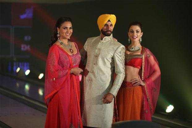 Lara Dutta, Akshay Kumar (centre) and Amy Jackson walking the ramp as part of a promotional event of their upcoming film 'Singh is Bliing'