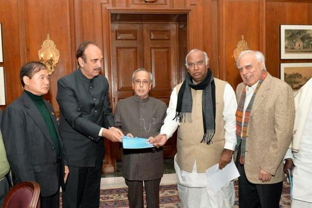 Arunachal Pradesh CM Nabam Tuki (extreme left) and Congress leaders Mallikarjun Kharge, Ghulam Nabi Azad and Kapil Sibal submitting a memorandum to President Pranab Mukherjee on Arunachal Pradesh issue. Photo: PTI