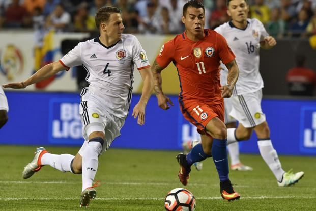 Colombia's Santiago Arias (left) and Chile's Eduardo Vargas vie for the ball during the Copa America Centenario semifinal match in Chicago on 23 June. Photo: AFP