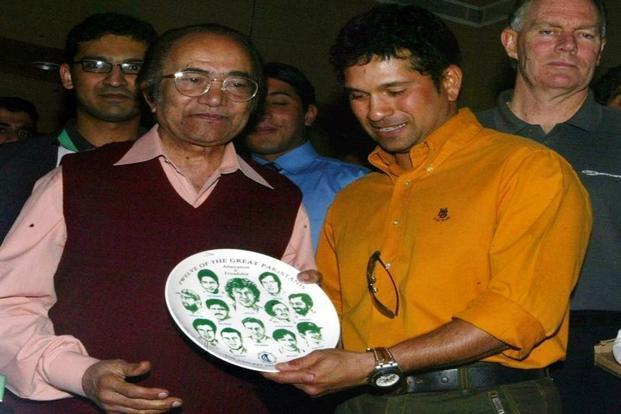 A file photo of Sachin Tendulkar (right) presents a plate carrying portraits of Pakistan's twelve great cricketers to former Pakistani cricketer Hanif Mohammad (left) in Karachi. Photo: Reuters