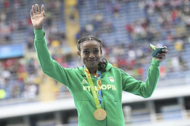 Gold medallist Almaz Ayana of Ethiopia poses with her medal. Photo: Reuters