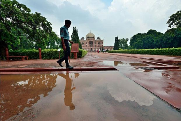 photo essay the watchmen livemint a security guard at delhi s hu un s