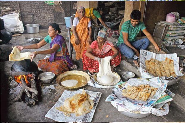 'Randana roti' being made in Nagpur. Photos: Sunny Shende/Mint