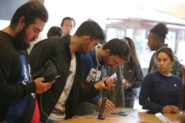 Customers buy the new iPhone 7 smartphone inside an Apple Store in Los Angeles, California on 16 September 2016. Photo: Reuters