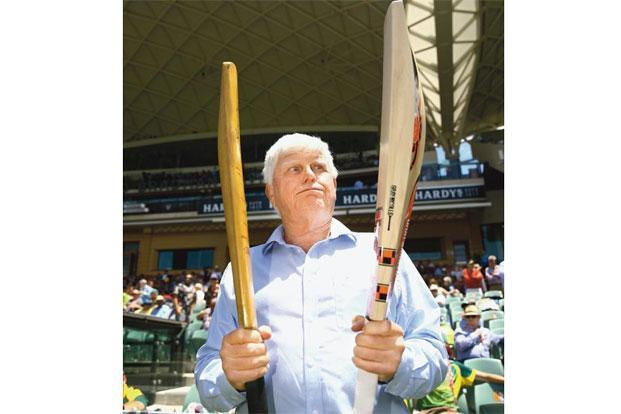 Barry Richards comparing his bat with David Warner's at the Adelaide Oval on 27 November 2015. Photo: Ryan Pierse/Getty Images