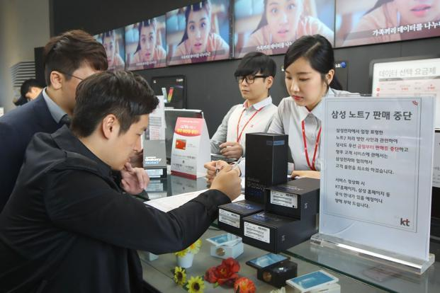 Customers return their Samsung Note 7 mobile phones at a store in Seoul on Thursday. Photo: AFP