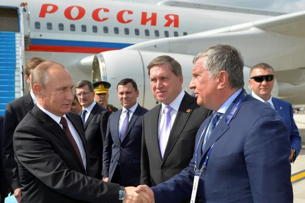 Russian President Vladimir Putin and Rosneft CEO Igor Sechin. Short of cash, Rosneft got about $15 billion of emergency aid with help from the Russian central bank. Photo: Reuters
