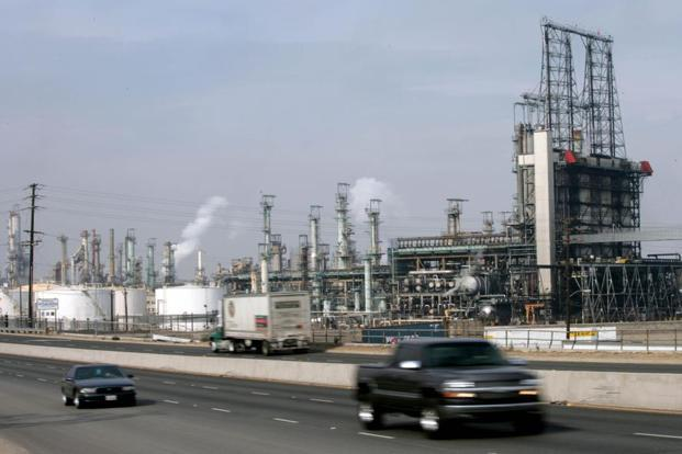 Royal Dutch Shell Plc oil refinery in Wilmington, California. Photo:Bloomberg