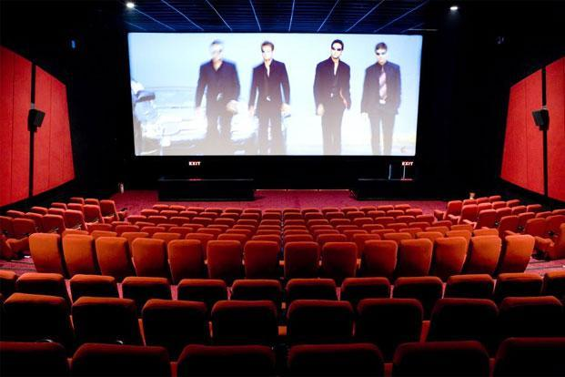 A majority of movie goers in India tend to buy tickets at cinema windows with cash rather than make online bookings. Photo: HT