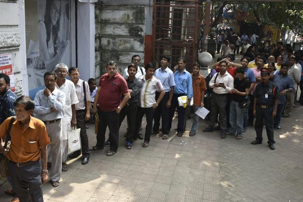 The RBI urged the public not to be anxious and avoid going to banks repeatedly to draw and hoard cash. Photo: Indranil Bhoumik/Mint
