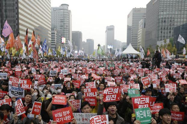South Korean protesters stage a rally calling for South Korean President Park Geun-hye to step down in downtown Seoul, South Korea. Photo: AP