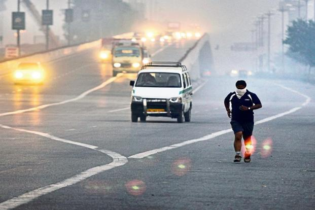 It is not advisable to run in the early mornings and late evenings, when the levels of pollutants in the air are at their highest. Photo: Sushil Kumar/HindustanTimes