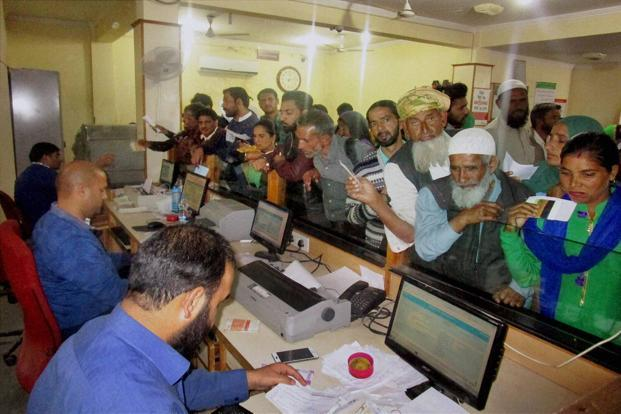 The IBA decision is only for Saturday and from Monday onwards all customers will be allowed to exchange notes at a branch of any bank. Photo: PTI