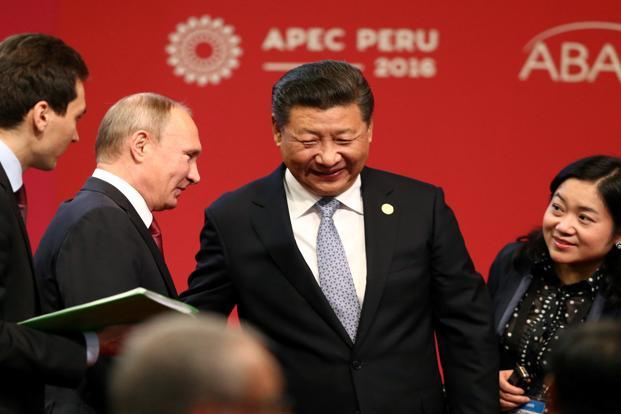 Russian President Vladimir Putin (2nd L) and Chinese President Xi Jinping (C) at a meeting of the APEC Business Advisory Council in Lima, Peru, Saturday. Photo: Reuters
