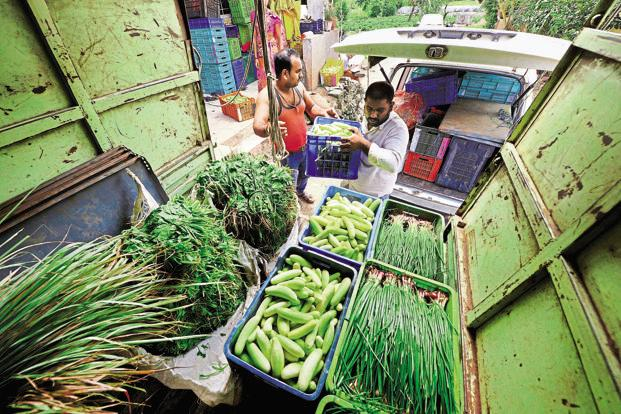 Cash shortage has curtailed transportation and severely limited the ability of middlemen to buy any significant stock, forcing farmers to sell perishable goods at lower prices. Abhijit Bhatlekar/Mint
