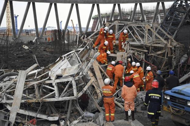 Rescue workers look for survivors after a work platform collapsed at the Fengcheng power plant in eastern China's Jiangxi Province, 24 November. Photo: AP
