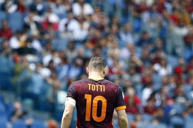 Francesco Totti in his No.10 jersey in a match against AC Chievo Verona in 2015. Photo: Tony Gentile/Reuters