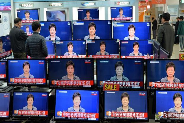 People watch television broadcast of a news report on president Park Geun-hye releasing a statement to the public in Seoul, South Korea, on Tuesday. Photo: Reuters