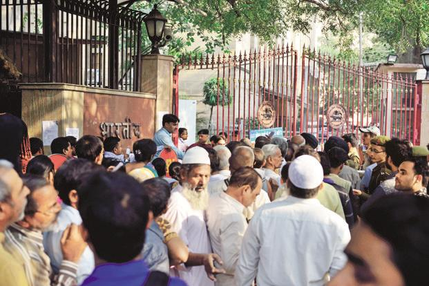 People wait to exchange old currency notes outside the Reserve Bank of India office in New Delhi. Photo: Pradeep Gaur/Mint (Pradeep Gaur/Mint)
