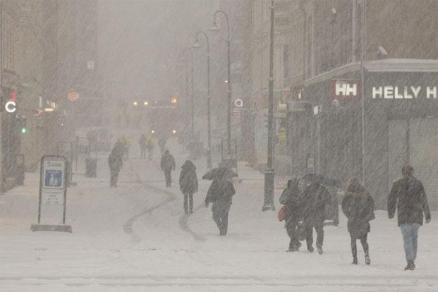 People amid heavy snowfall in Oslo. Photo: Paul Kleiven/Reuters