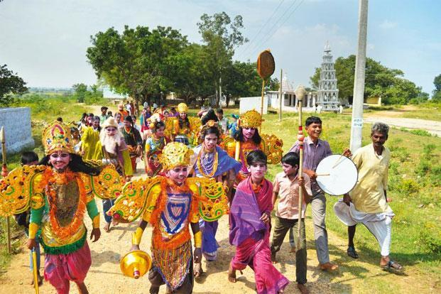 School students in Jakanpalli experience 'dodatta' first-hand.